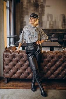 Moda kobieta stojąca w kawiarni