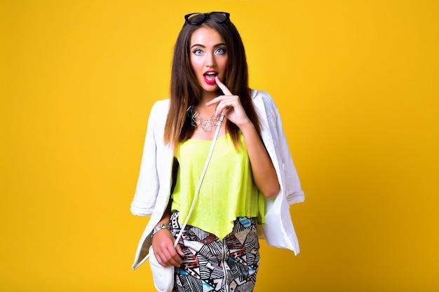 Moda kobieta ubrana w neonowe jasne kolorowe ubrania, swobodny styl vintage wiosna