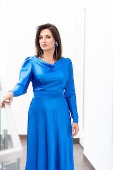 Moda kobieta w niebieskiej sukience