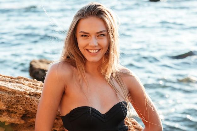 Moda kobieta w stroju kąpielowym. patrząc z przodu