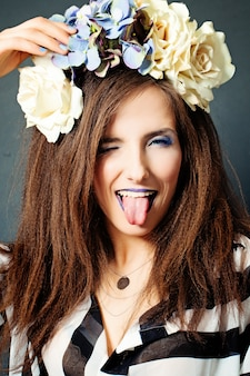 Moda kobieta z kreatywnym makijażem. otwórz usta z tongue
