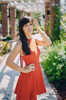 Moda kobiety czerwona sukienka