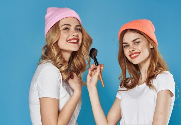 Moda kobiety kosmetyki weekend komunikacja radość z bliska. wysokiej jakości zdjęcie