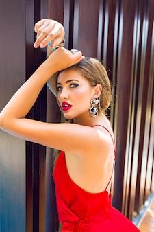 Moda lato luksusowy portret pięknej kobiety pozowanie w pobliżu ściany