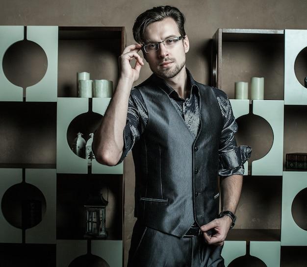 Moda mężczyzna w luksusowym nowoczesnym wnętrzu