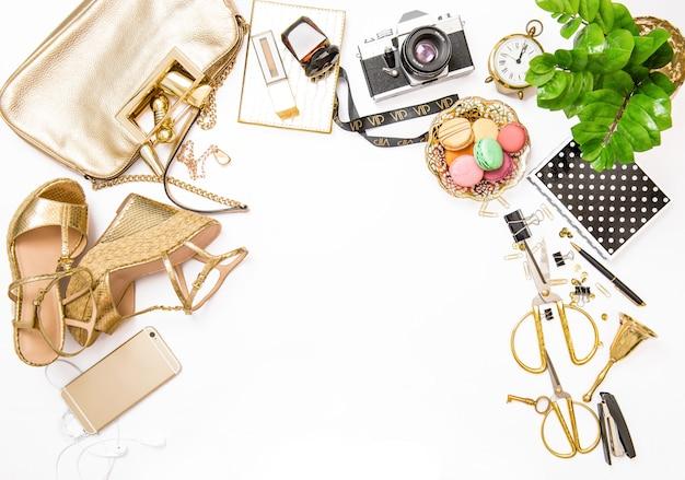 Moda mieszkanie leżał na stronie mediów społecznościowych kobiece akcesoria torba buty