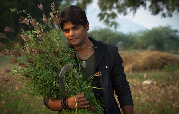Moda młody człowiek w czarnej marynarce, nosić trawę