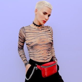 Moda model łup luksusowy styl. blond krótkie włosy