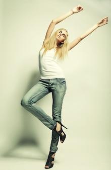 Moda model pozuje na lekkim tle