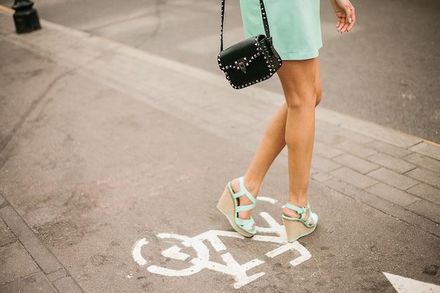 Moda na zewnątrz moda modny portret kobiety, pozowanie na ulicy