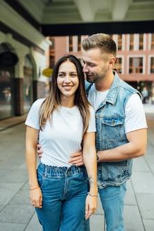Moda na zewnątrz romantyczny portret pięknej młodej pary w miłości i uściski na ulicy.