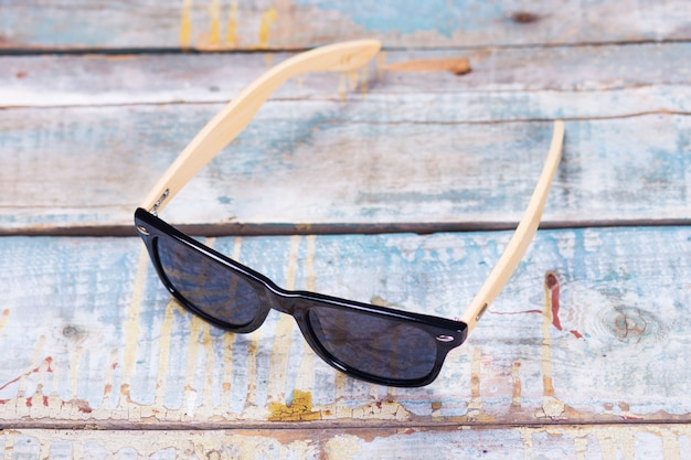 Moda okulary przeciwsłoneczne w drewnianym stole