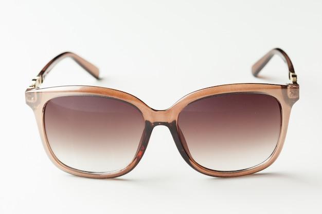 Moda okulary przeciwsłoneczni odizolowywający na bielu
