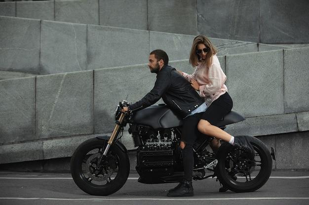 Moda para siedzi na motocyklu, kamienny mur