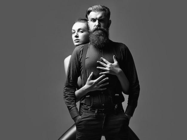 Moda para z kobietą obejmując przystojny mężczyzna