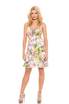 Moda. piękna blondynka w uroczej sukience