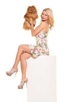 Moda. piękna blondynka z psem