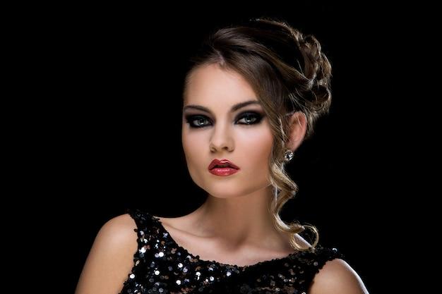 Moda. piękna kobieta w sukni