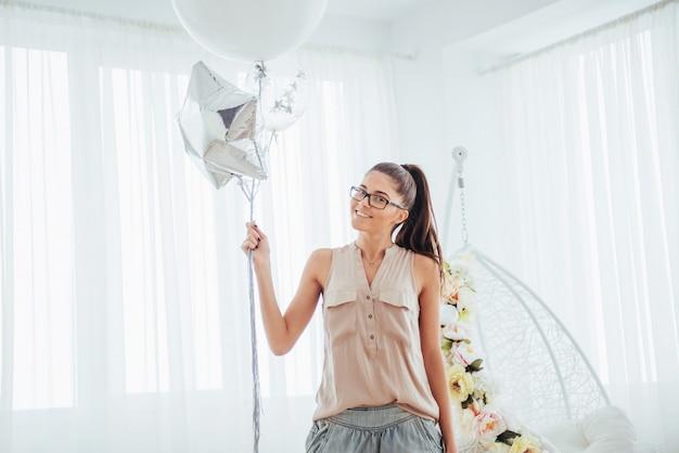 Moda piękna kobieta z balonami. dziewczyna pozuje