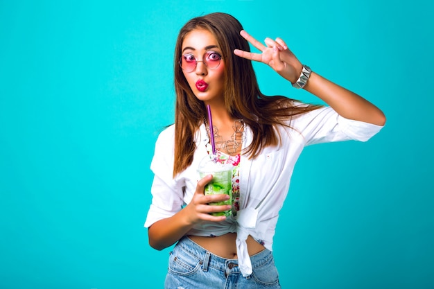 Moda piękny portret brunetki, piękna kobieta, jasny makijaż, styl vintage, picie koktajlu mlecznego