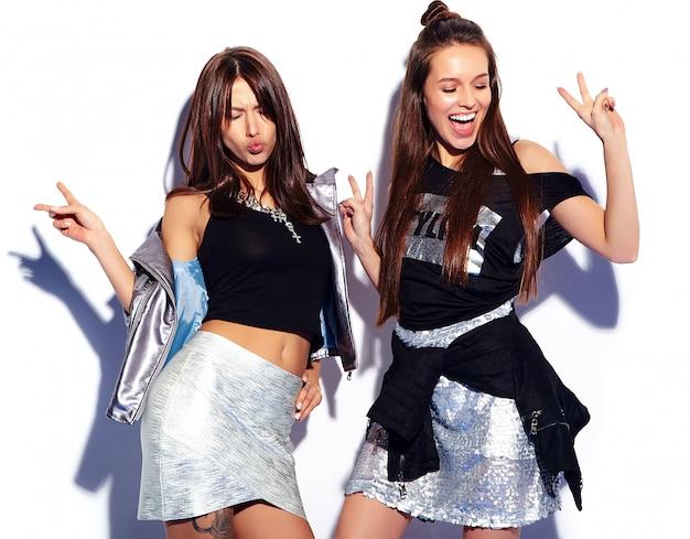 Moda piękny portret dwóch uśmiechniętych modeli brunetka w letnie ubrania hipster na białym tle