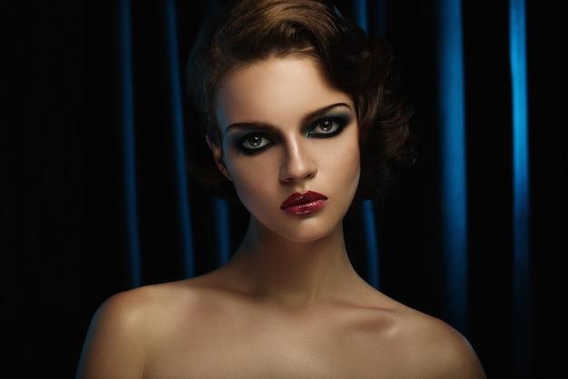 Moda piękny portret dziewczyny z smokey makijaż.