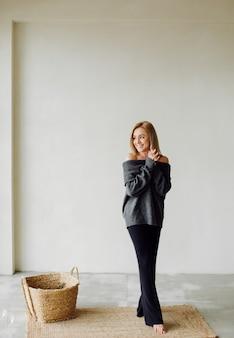 Moda piękny portret młodej kobiety eleganckiej