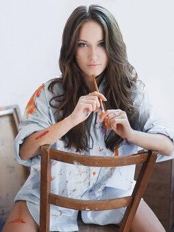 Moda piękny portret młodej seksownej dziewczyny z farbą na twarzy i koszuli