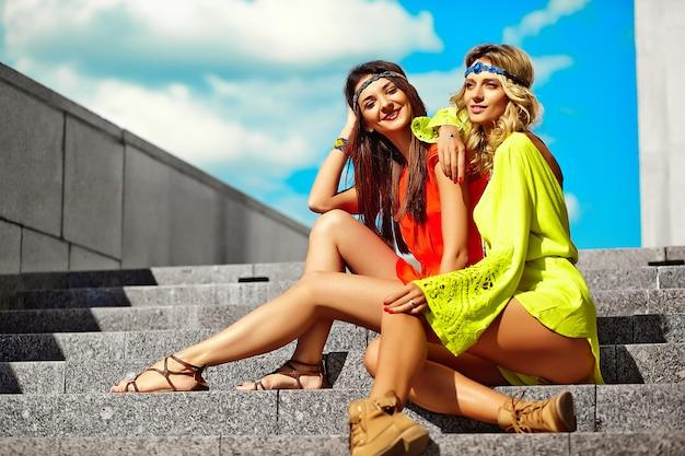 Moda piękny portret młodych kobiet hipis modelki w słoneczny letni dzień w jasne kolorowe ubrania hipster