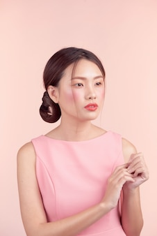 Moda piękny portret pięknej młodej kobiety w ładnej sukience