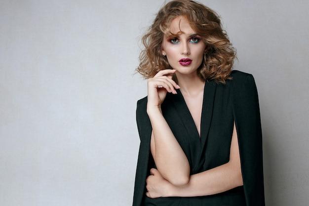 Moda piękny portret przepiękny brunetka dziewczyna z jasny makijaż na sobie pelerynę. miejsce na tekst