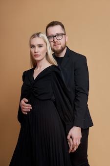 Moda piękny portret stylowej pary zakochanych w czarnych ubraniach. mężczyzna i kobieta obejmują się