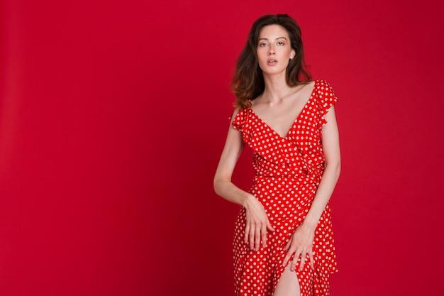 Moda piękny portret uśmiechnięta młoda kobieta w czerwonej sukience przerywaną na czerwono