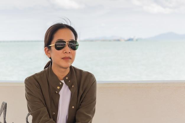 Moda portret azjatyckiej kobiety z okulary na wakacje.