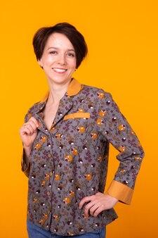 Moda portret całkiem fajna dziewczyna w domu nosić piżamy zabawy na kolorowym żółtym tle.