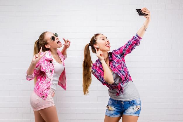 Moda portret dwóch przyjaciół pozowanie. nowoczesny styl życia