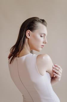 Moda portret młodej eleganckiej kobiety