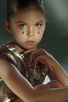 Moda portret młodej pięknej dziewczyny nastolatki w studio