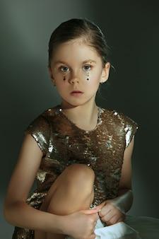Moda portret młodej pięknej dziewczyny preteen w studio
