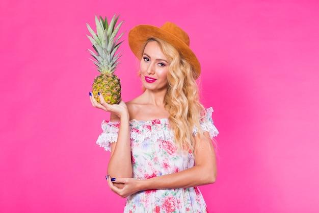 Moda portret młodej pięknej kobiety z ananasem