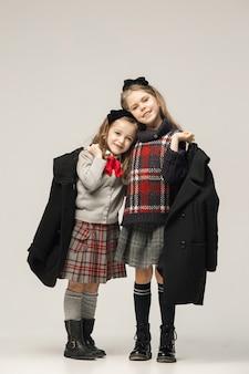 Moda portret młodych pięknych dziewczyn nastolatek w studio