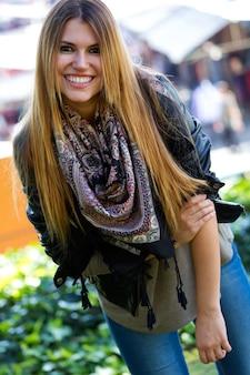 Moda portret pięknej dziewczyny w mieście.