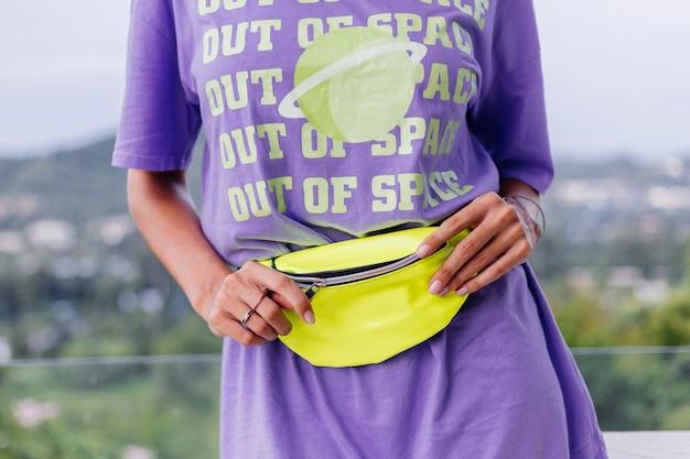 Moda portret stylowy młody europejski dopasowanie opalona kobieta w fioletowej długiej koszuli