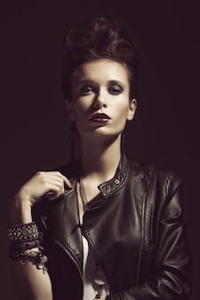 Moda rocker style model girl portret. fryzura. makijaż kobieta rocker lub punk