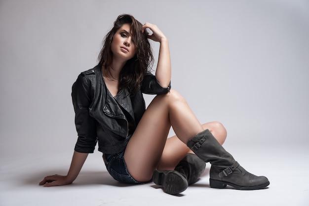 Moda rocker style model girl portret. fryzura. makijaż rocker lub punk woman