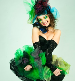 Moda strzał kobiety w stylu lalki. kreatywny makijaż. fantastyczna sukienka.
