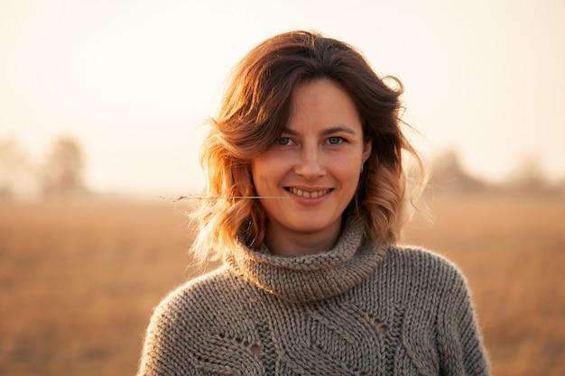 Moda styl życia portret młodej kobiety modne ubrane w brązowy sweter z naturalnej wełny