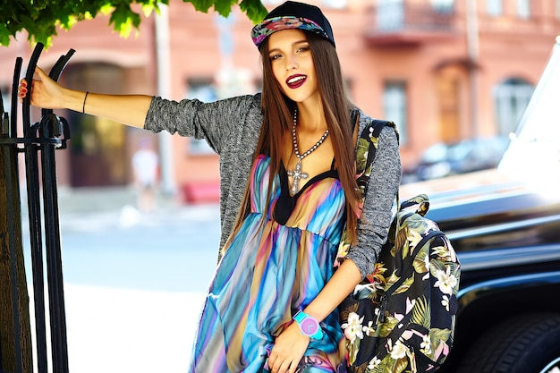 Moda stylowa piękna młoda brunetka kobieta model w lecie hipster kolorowe ubranie pozowanie na ulicy