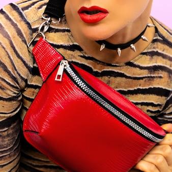 Moda swag luksusowe stylowe dodatki. kopertówka i choker. czerwony akcent
