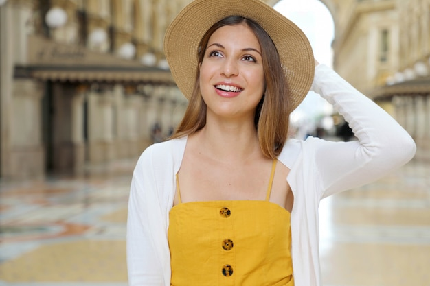 Moda turystyczna kobieta odwiedzająca mediolan we włoszech.